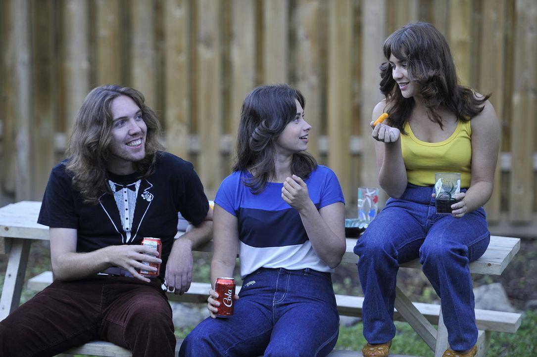 Tödliche Freundschaft: Die Schwestern Gwen (M., Christina Scarciglia) und Nanine Grimes (r.,  Gwenlyn Cumyn) hängen im Garten mit Gwens Freunden ab... - Bildquelle: Jag Gundu Cineflix 2012