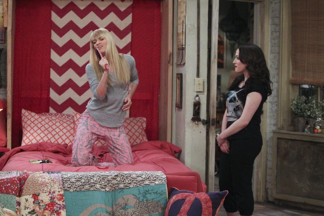 Caroline (Beth Behrs, l.) erfährt die Wahrheit über Dekes Herkunft. Für Max (Kat Dennings, r.) bricht eine Welt zusammen ... - Bildquelle: Warner Bros. Television