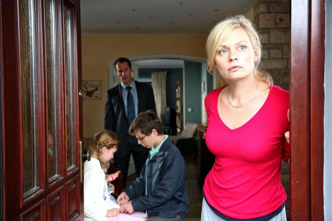Alltägliche Hektik bei den Micklers. Mutter Laura (Susanna Simon, r.) sorgt dafür, dass ihr Mann (Markus Knüfken, 2.v.l.) und ihre Kinder Ron (St... - Bildquelle: Michael Kohler Sat.1