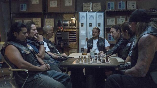 Jetzt, wo die Wahrheit herausgekommen ist, muss Jax (Charlie Hunnam, M.) ein...