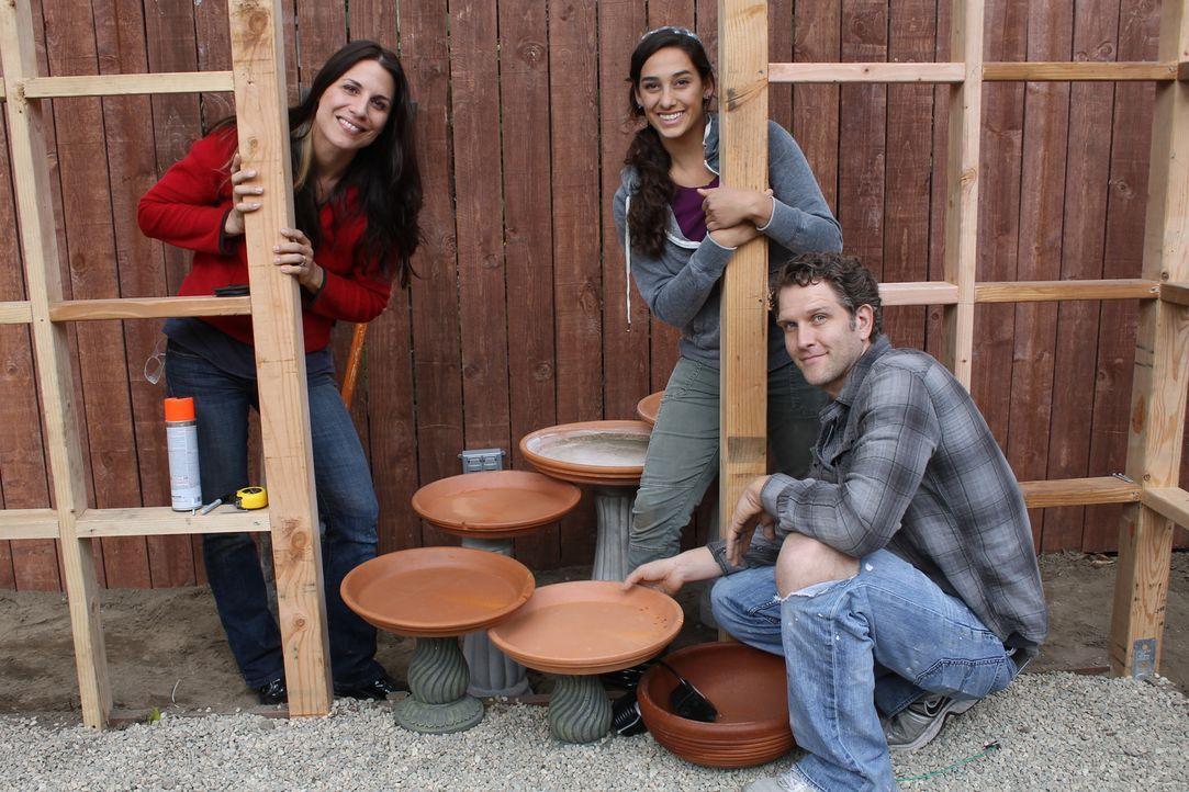 Landschaftsgärtnerin Sara Bendrick (M.) hilft Jen (l.) und Jeff (r.) aus ihrem tristen Garten einen Ort zum Kochen, Entspannen und zum Spielen zu za... - Bildquelle: 2014, DIY Network/Scripps Networks, LLC. All Rights Reserved.