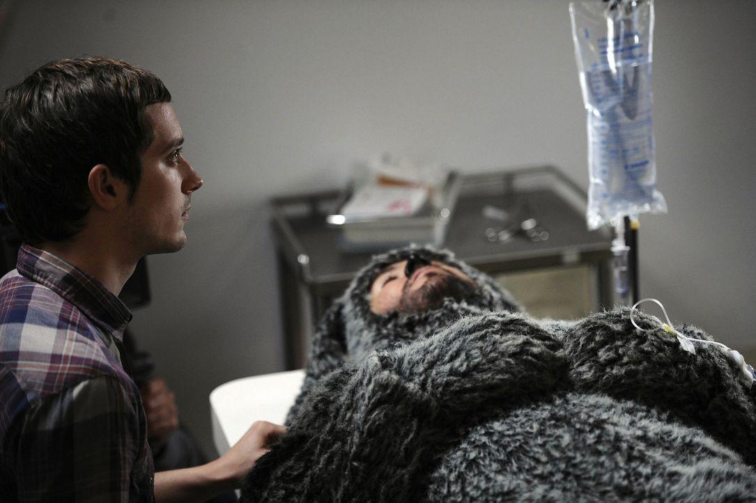 Während der Hund Wilfred (Jason Gann, r.) in der Narkose liegt, wacht sein Kumpel Ryan Newman (Elijah Wood, l.) an seiner Seite ... - Bildquelle: 2011 FX Networks, LLC. All rights reserved.
