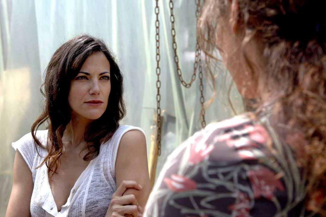 Auf der Suche nach Thomas gerät Claudia (Bettina Zimmermann, l.) mit Magdalena (Tatiani Katrantzi, r.) aneinander. - Bildquelle: Xeni Taze Sat.1