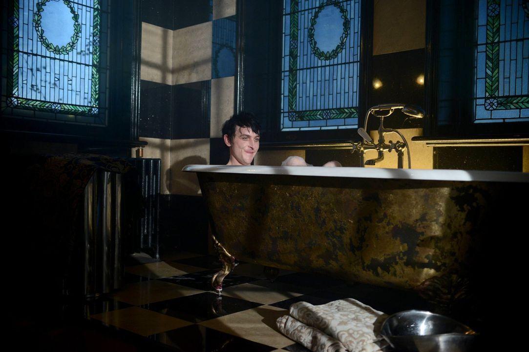 Nachdem er aus Arkham entlassen wurde, trifft Penguin (Robin Lord Taylor) am Grab seiner Mutter auf seinen totgeglaubten Vater, während Bruce mit Se... - Bildquelle: Warner Brothers