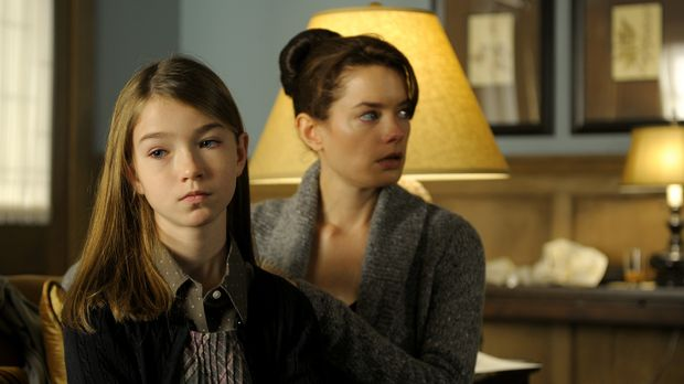 Während sich Shea (Gina Holden, r.) versucht, von dem Tod ihres Vaters abzule...