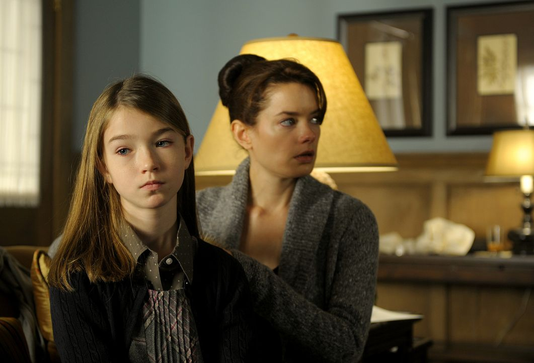 Während sich Shea (Gina Holden, r.) versucht, von dem Tod ihres Vaters abzulenken, hegt Madison (Cassandra Sawtell, l.) eine dunkle Ahnung, wer hin... - Bildquelle: 2009 CBS Studios Inc. All Rights Reserved.