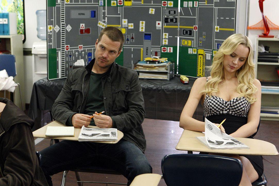 Während Sam und Kensi ermitteln, muss Callen (Chris O'Donnell, l.) wegen fortgesetzter Auffälligkeit im Straßenverkehr zur Verkehrsschule und trifft... - Bildquelle: CBS Studios Inc. All Rights Reserved.