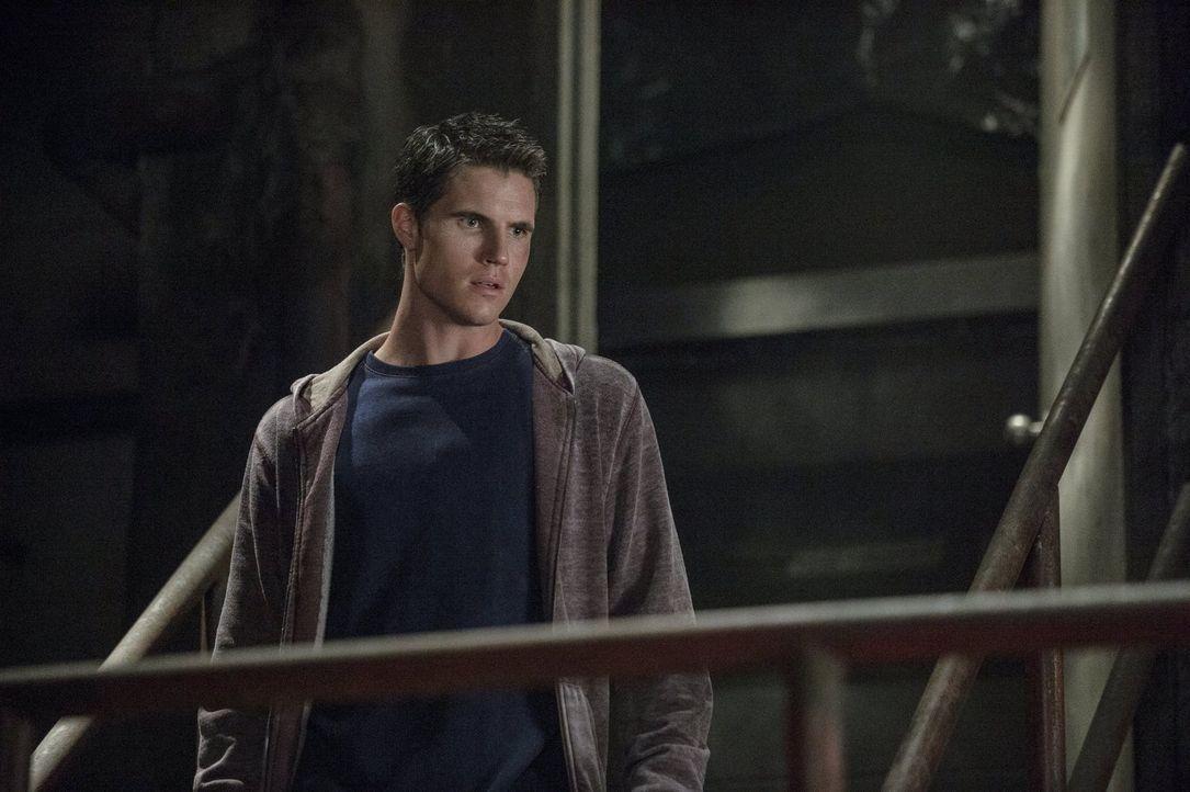 Als Stephen (Robbie Amell) dem Tode nahe ist, hat er plötzlich eine ganz besondere Eingebung ... - Bildquelle: Warner Bros. Entertainment, Inc