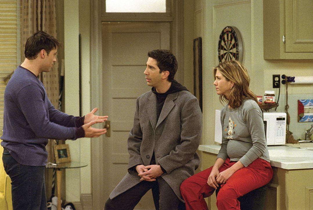 Ross (David Schwimmer, M.) fühlt sich ausgeschlossen, denn Joey (Matt LeBlanc, l.), der mit Rachel (Jennifer Aniston, r.) zusammenwohnt, bekommt vi... - Bildquelle: TM+  WARNER BROS.