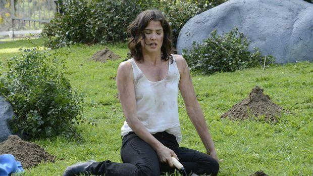 Robin (Cobie Smulders) sucht im Central Park nach einem Medaillon, das sie al...