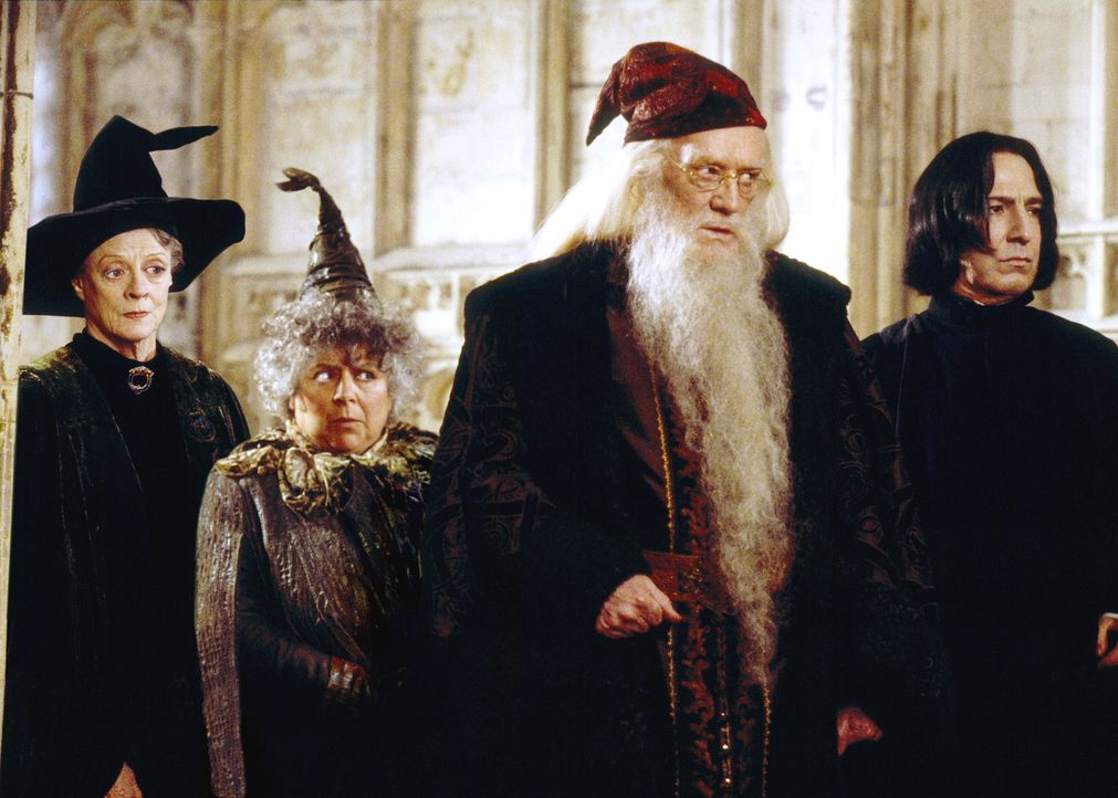 Ihre Schule ist im Visier ganz böser Kräfte: (v.l.n.r.) Professor Minerva McGonagall (Maggie Smith), Professor Sprout (Miriam Margoyles), Schulleite... - Bildquelle: Warner Bros. Pictures