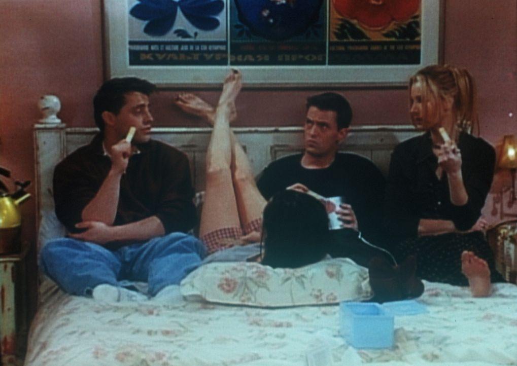 (v.l.n.r.) Joey (Matt LeBlanc), Monica (Courteney Cox), Chandler (Matthew Perry) und Phoebe (Lisa Kudrow) sind eingeschlossen, weil sich vor ihrer T... - Bildquelle: TM+  2000 WARNER BROS.