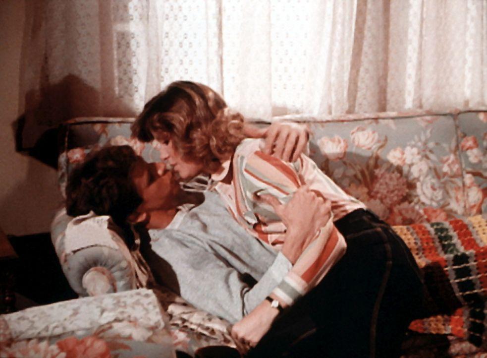 Während Mary Ellen (Judy Norton-Taylor, r.) sich um den verletzten Jonesy (Richard Gilliland, l.) kümmern will, versucht er, sie zu küssen. - Bildquelle: WARNER BROS. INTERNATIONAL TELEVISION