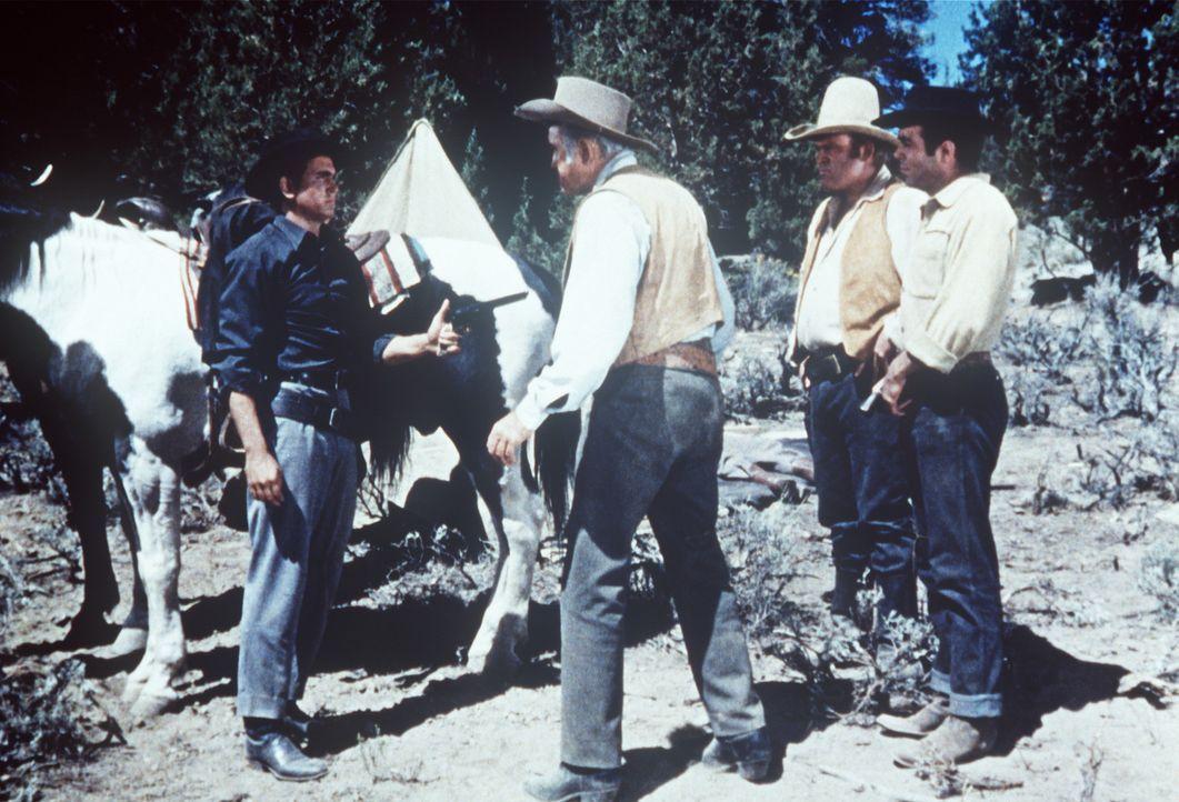 (v.l.n.r.) Little Joe (Michael Landon) eröffnet seiner Familie, Ben Cartwright (Lorne Greene), Hoss (Dan Blocker) und Adam (Pernell Roberts), dass e... - Bildquelle: Paramount Pictures