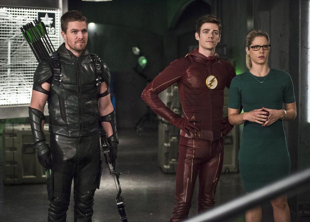 Die Tatsache, dass Barry alias The Flash (Grant Gustin, M.) ohne Vorwarung nach Star City kommt und damit auch hier alle in Gefahr bringt, gefällt O... - Bildquelle: 2015 Warner Brothers.