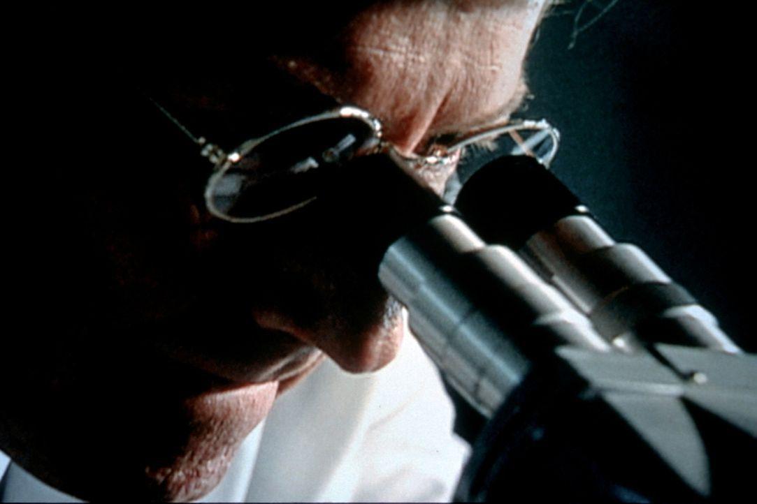 In seinem Wagen findet das FBI Faserspuren, die den Verdächtigen belasten. Genaue Analysen der Fasern ergeben, dass sie eindeutig vom Sweatshirt der... - Bildquelle: Randy Jacobson New Dominion Pictures, LLC