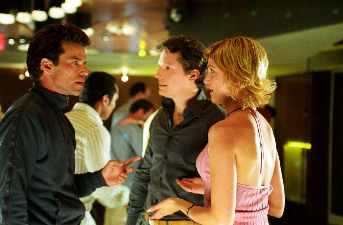 Susanne (Julia Stinshoff, r.) amüsiert sich mit ihrem Kollegen Sebastian (Max Urlacher, M.) in einem Tanzkurs, als plötzlich Thomas (Johannes Brandr... - Bildquelle: Martin Menke Sat.1