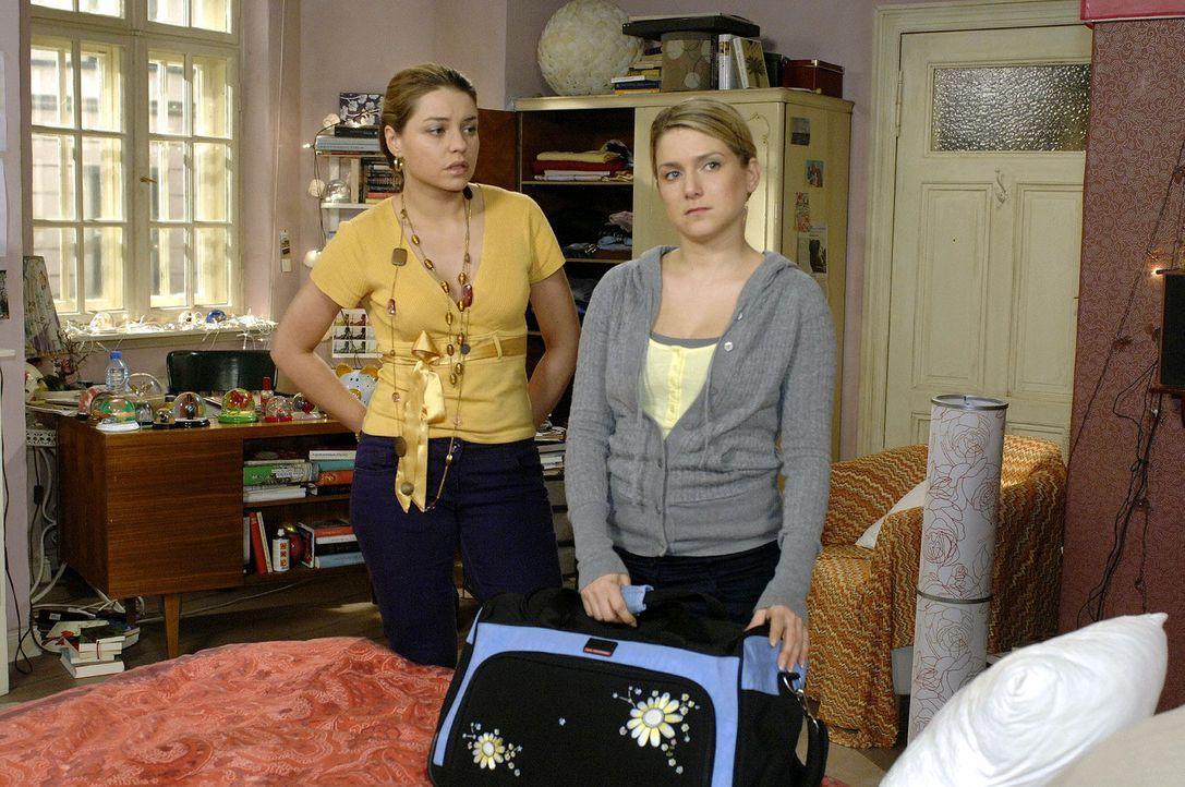 Anna packt ihre Sachen. v.l.n.r.: Katja (Karolina Lodyga), Anna (Jeanette Biedermann) - Bildquelle: Oliver Ziebe Sat.1