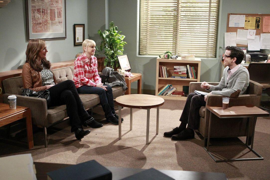 Gemeinsam mit einem Psychotherapeuten (Mark Saul, r.) will Christy (Anna Faris, 2.v.l.) die Probleme ihrer Mutter klären ... - Bildquelle: Warner Bros. Television