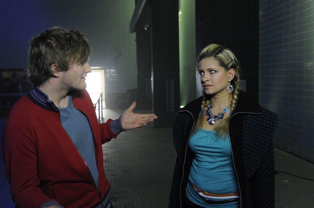 Was ist mit Julian (Bo Hansen, l.) und Mia (Josephine Schmidt, r.) los? - Bildquelle: SAT.1