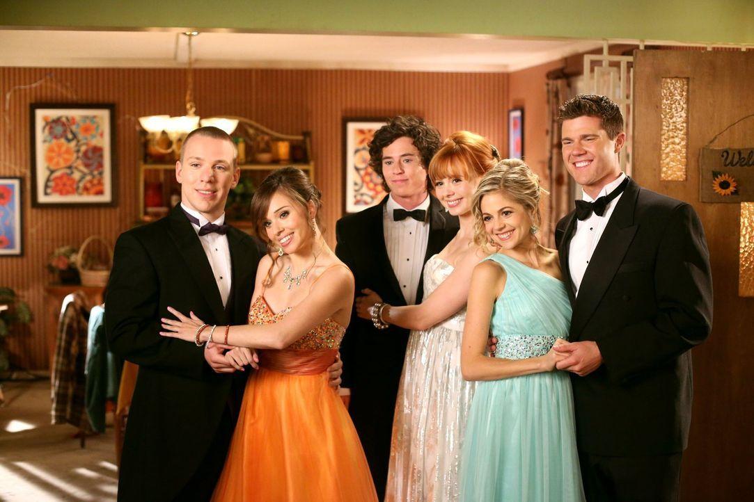 Der Abschlussball für (v.l.n.r.) Darrin (John Gammon), Debbie (Natalie Lander), Axl (Charlie McDermott), Cassidy (Galadriel Stineman), Courtney (Bri... - Bildquelle: Warner Brothers