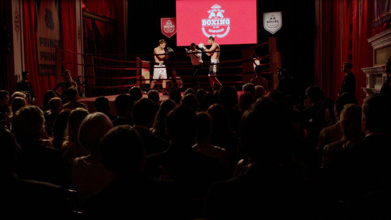 Stehen sich in einem Wohltätigkeits-Boxkampf gegenüber: Liam (William Moseley, l.) und Robert (Max Brown, r.) ... - Bildquelle: 2016 E! Entertainment Television, LLC