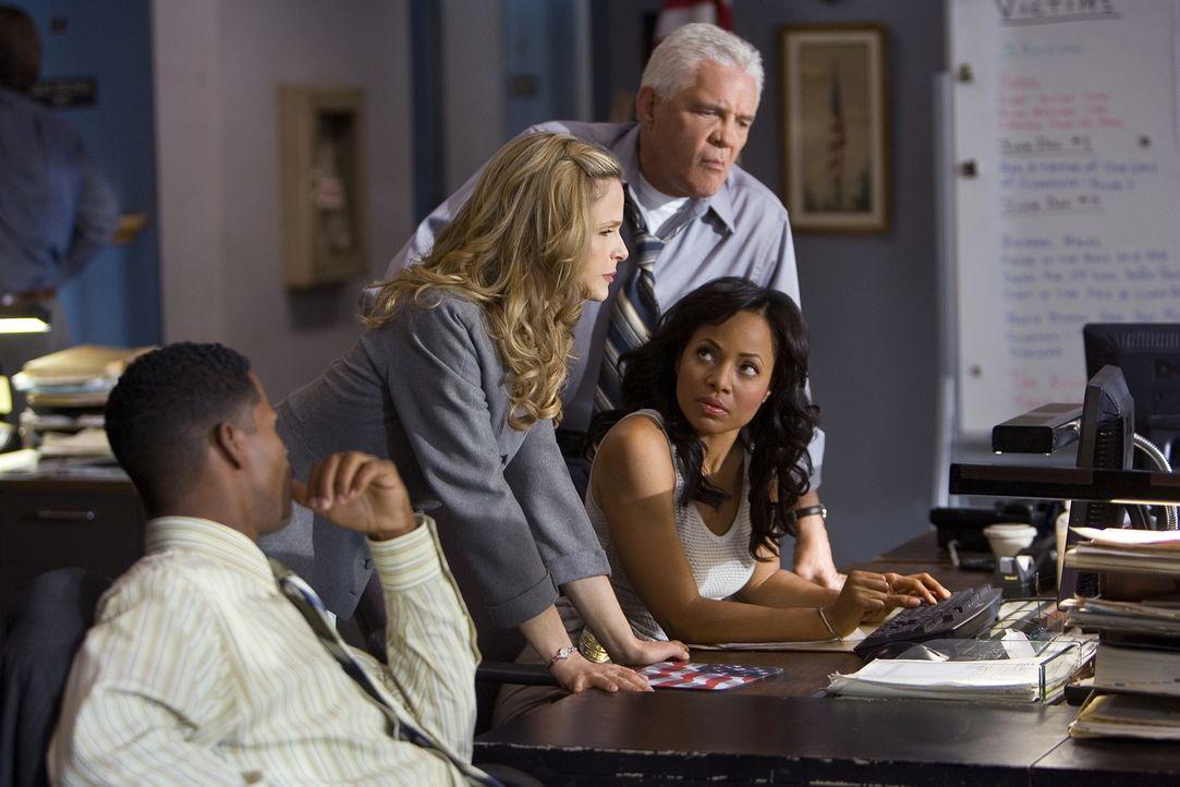 Werden Brenda und ihr Team (v.l.n.r: Corey Reynolds, Kyra Sedgwick, G.W. Bailey, Gina Ravera) dem Mörder das Handwerk legen können? - Bildquelle: Warner Brothers