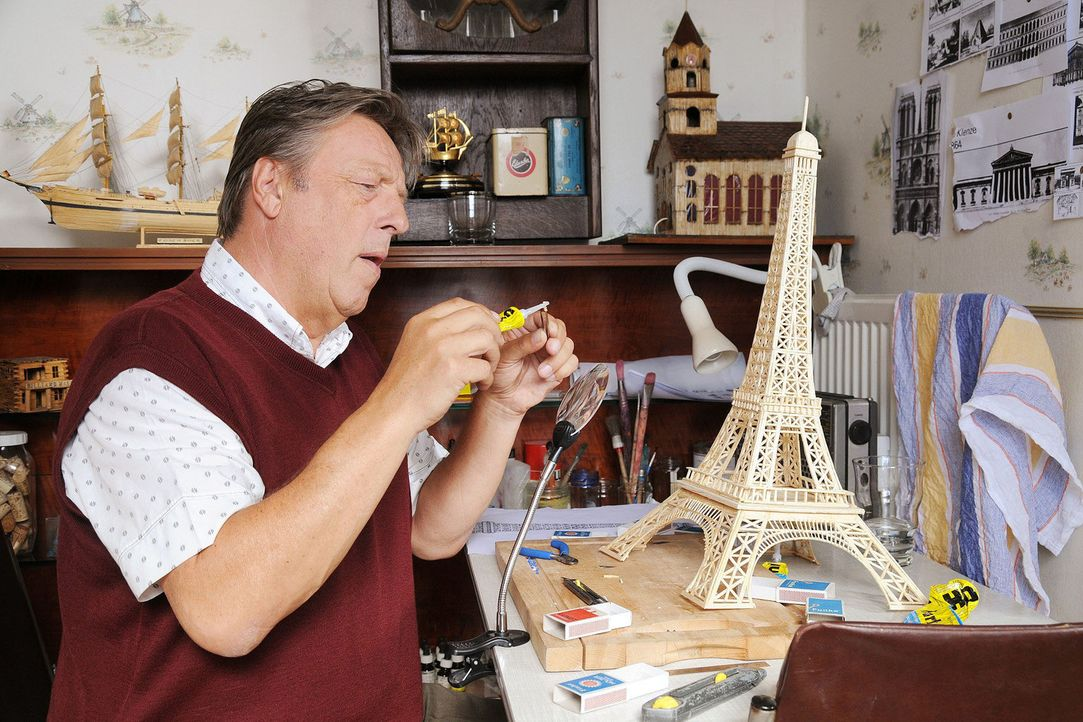 Der verbitterte Herr Pasulke (Hansjürgen Hürrig) bastelt an seinem Eiffelturm aus Streichhölzern ... - Bildquelle: Sat.1