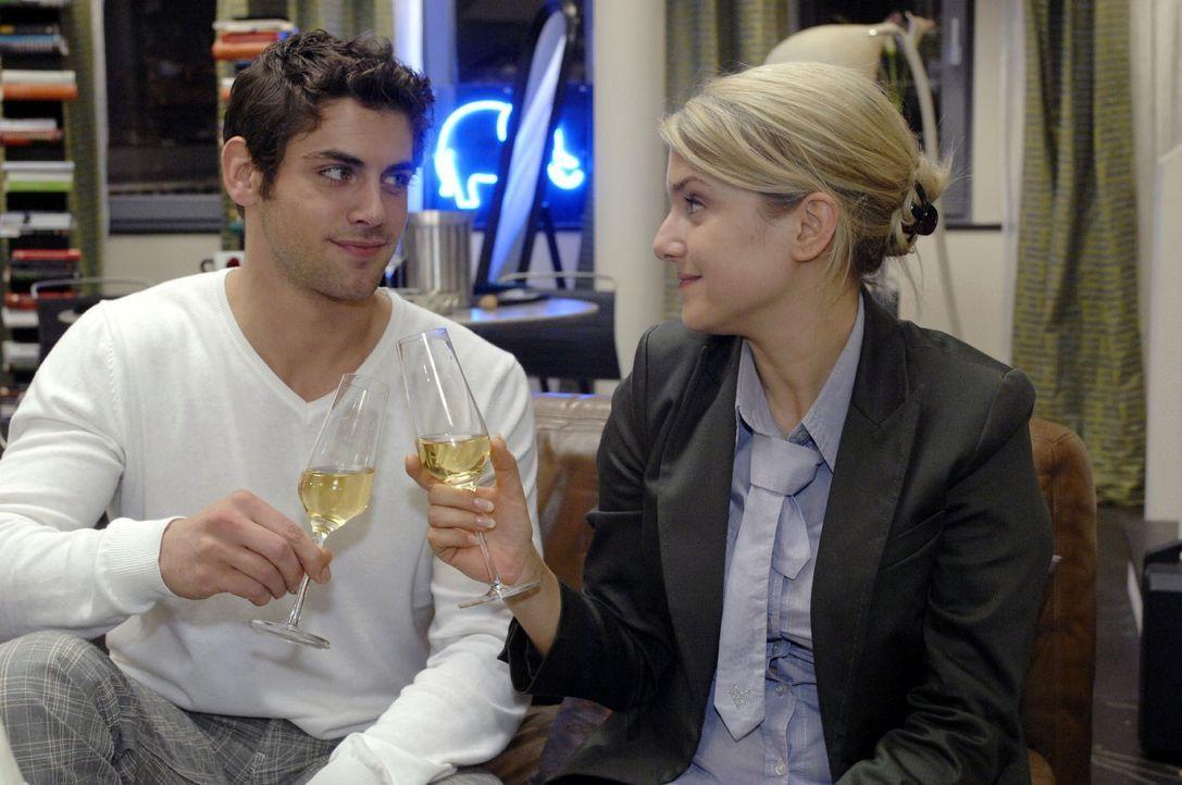 Jonas (Roy Peter Link, l.) und Anna (Jeanette Biedermann, r.)  stoßen auf einen harmonischen Spieleabend an. - Bildquelle: Oliver Ziebe Sat.1