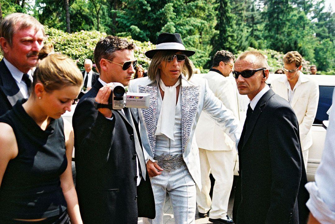 Ringo (Rufus Beck, M.) schlüpft selbst in die Rolle eines Stars, um den Mord an Ray Love aufzuklären ... - Bildquelle: Hardy Spitz Sat.1