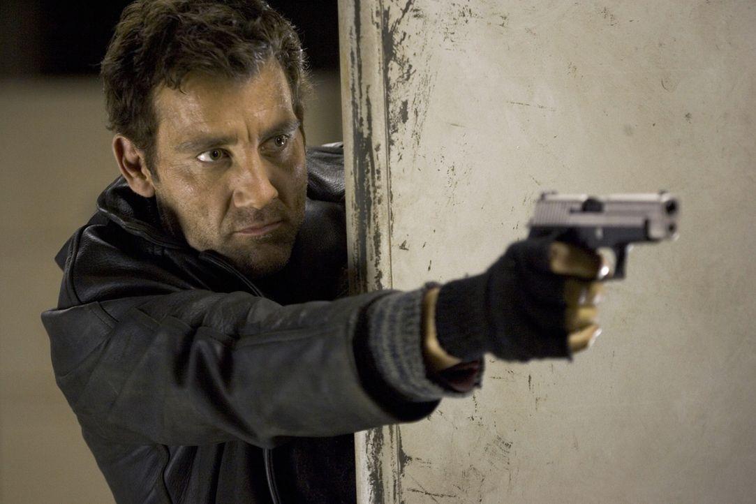 Während eines ohrenbetäubenden Feuergefechts spielt Smith (Clive Owen) den Geburtshelfer - und erkennt schnell, dass eine finstere Gang hinter dem S... - Bildquelle: 2007 Warner Brothers International