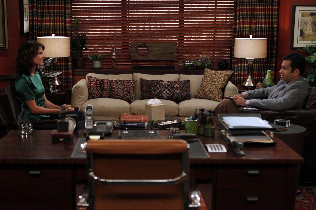 Nach einem gewalttätigen Übergriff muss Robin (Cobie Smulders, l.) bei ihren Therapeuten Kevin (Kal Penn) eine gerichtlich verordnete Therapie abs... - Bildquelle: 20th Century Fox International Television