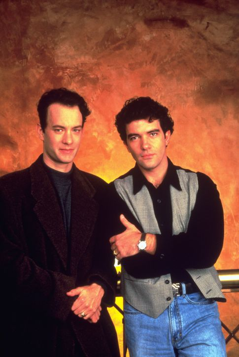 Unterstützt von seinem Lebensgefährten Miguel (Antonio Banderas, r.) und seiner Familie, beschließt Andrew Beckett (Tom Hanks, l.), gegen seine Entl... - Bildquelle: Columbia Pictures