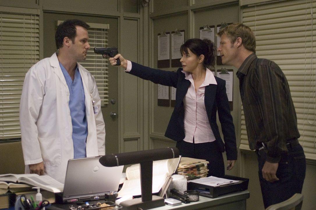 Tom (Joel Gretsch, r.) und Diana (Jacqueline McKenzie, M.) glauben, dass Dr. Hudson (Tom Verica, l.) etwas mit der Seuche zu tun hat ... - Bildquelle: Viacom Productions Inc.