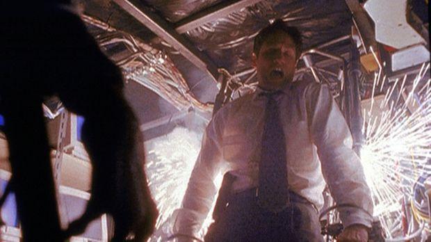 Mulder (David Duchovny, r.) ist in die Zentrale der künstlichen Intelligenz e...