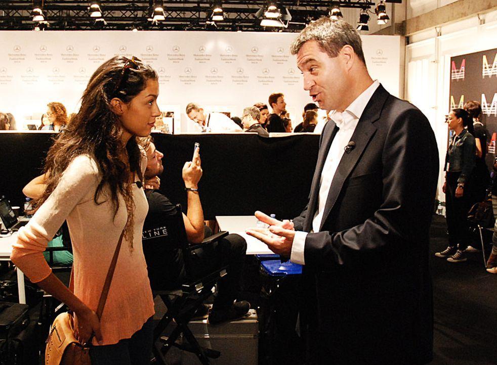Moderatorin Rebecca Mir (l.) konfrontiert Markus Söder (r.) mit Fragen, die sie zuvor bei jungen Menschen gesammelt hat ... - Bildquelle: Uwe von Grafenstein ProSieben