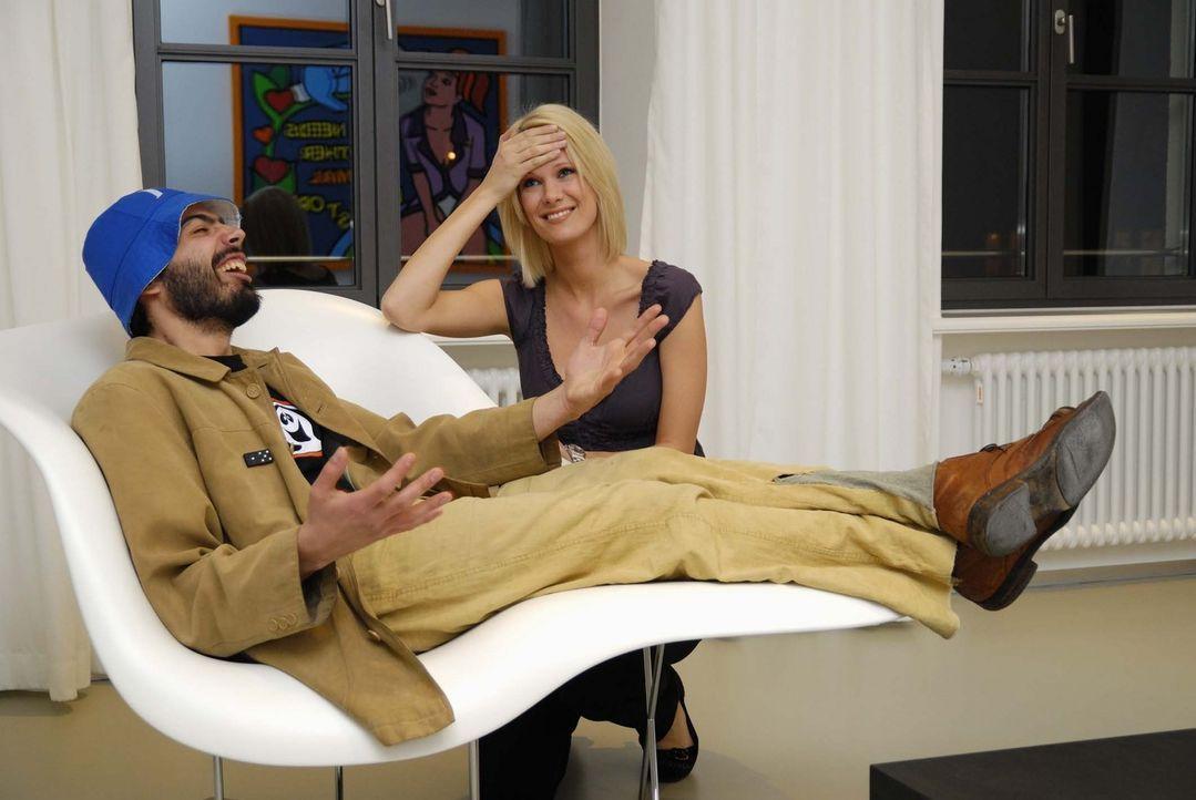Rülpsmusiker Ivan (l.) gibt sein Bestes und Monica Ivancan (r.) ist verzweifelt … - Bildquelle: ProSieben