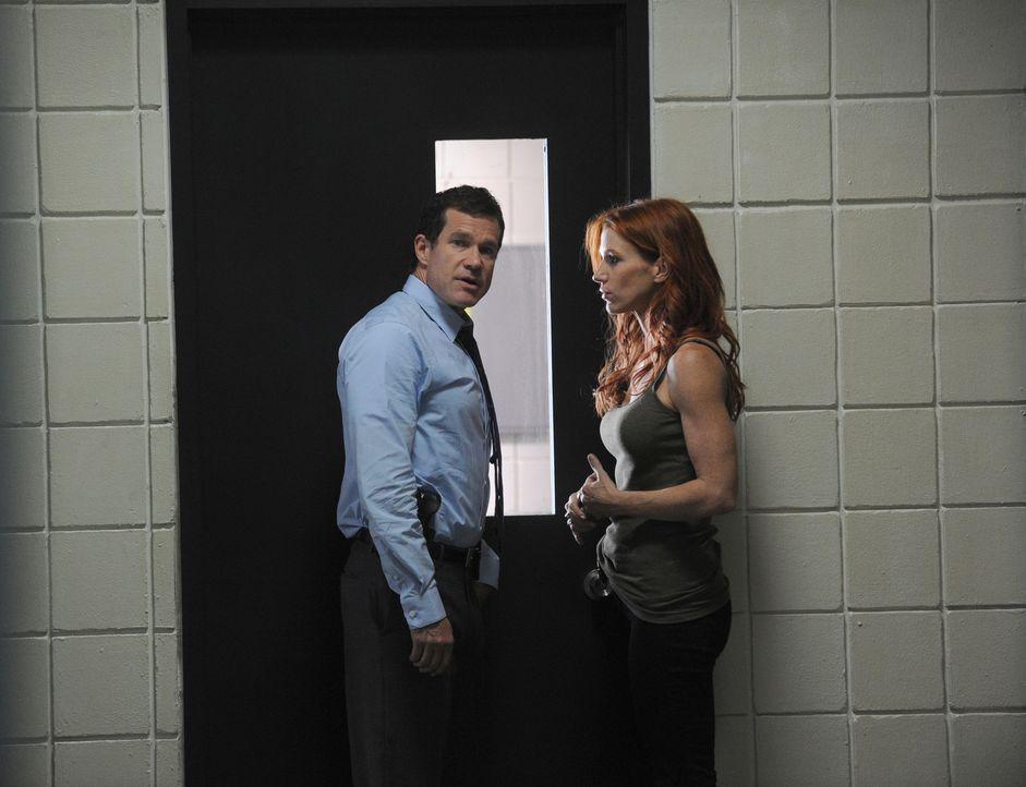Als eine Ehepaar ermordet aufgefunden wird, werden Detective Carrie Wells (Poppy Montgomery, r.) und Detective Al Burns (Dylan Walsh, l.) damit beau... - Bildquelle: 2011 CBS Broadcasting Inc. All Rights Reserved.
