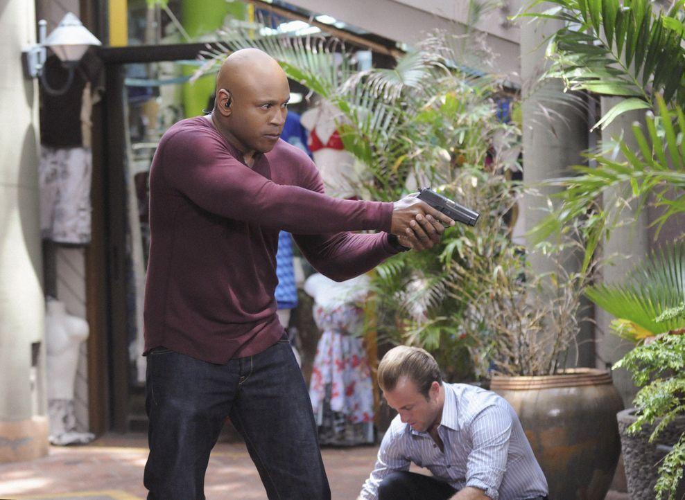 Callen und Sam (LL Cool J, l.) stehen Danny (Scott Caan, r.) und seinen Kollegen bei den Ermittlungen in einem neuen Fall bei ... - Bildquelle: TM &   CBS Studios Inc. All Rights Reserved.