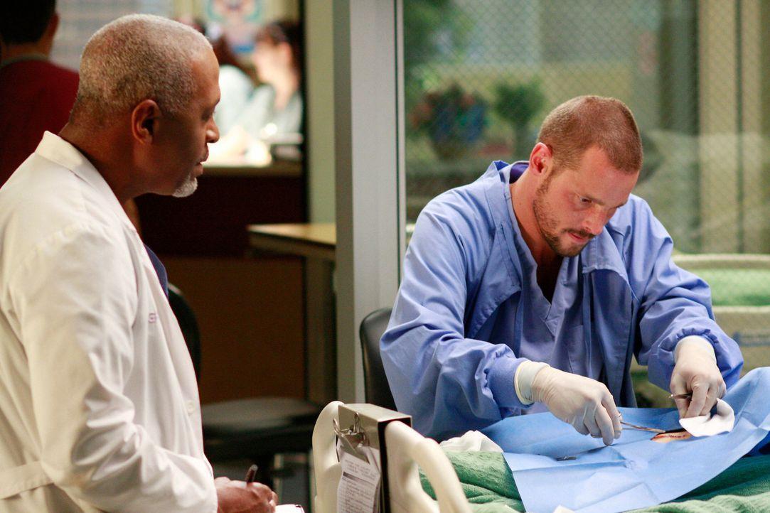 Unter den Jungärzten herrscht ein Wettkampf mit Punkten wer der beste Chirurg ist. Alex (Justin Chambers, r.) hofft bei seinem Patienten ein paar P... - Bildquelle: Touchstone Television