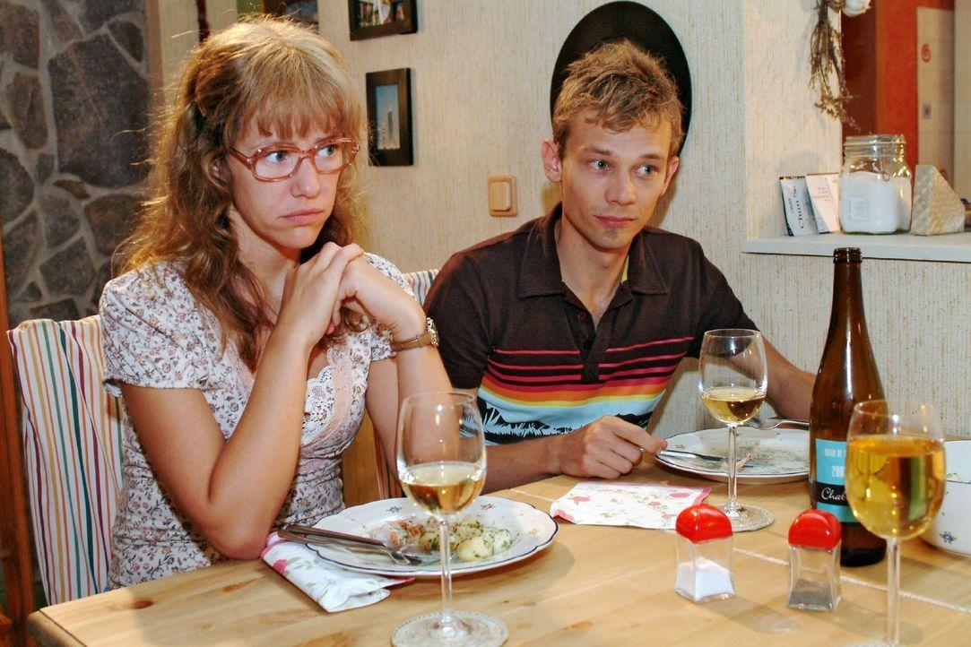 Beim Abendessen werden Lisa (Alexandra Neldel, l.) und Jürgen (Oliver Bokern, r.) in eine Rolle gedrängt, die ihnen nicht wirklich angenehm zu sei... - Bildquelle: Monika Schürle Sat.1