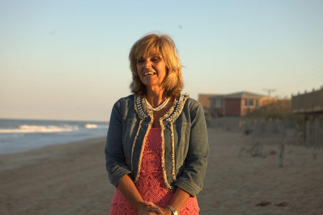 Die alleinstehende Deborah Hrab sehnt sich nach einem Ferienhaus am Strand. Wird sich ihr Traum endlich erfüllen? - Bildquelle: 2013,HGTV/Scripps Networks, LLC. All Rights Reserved