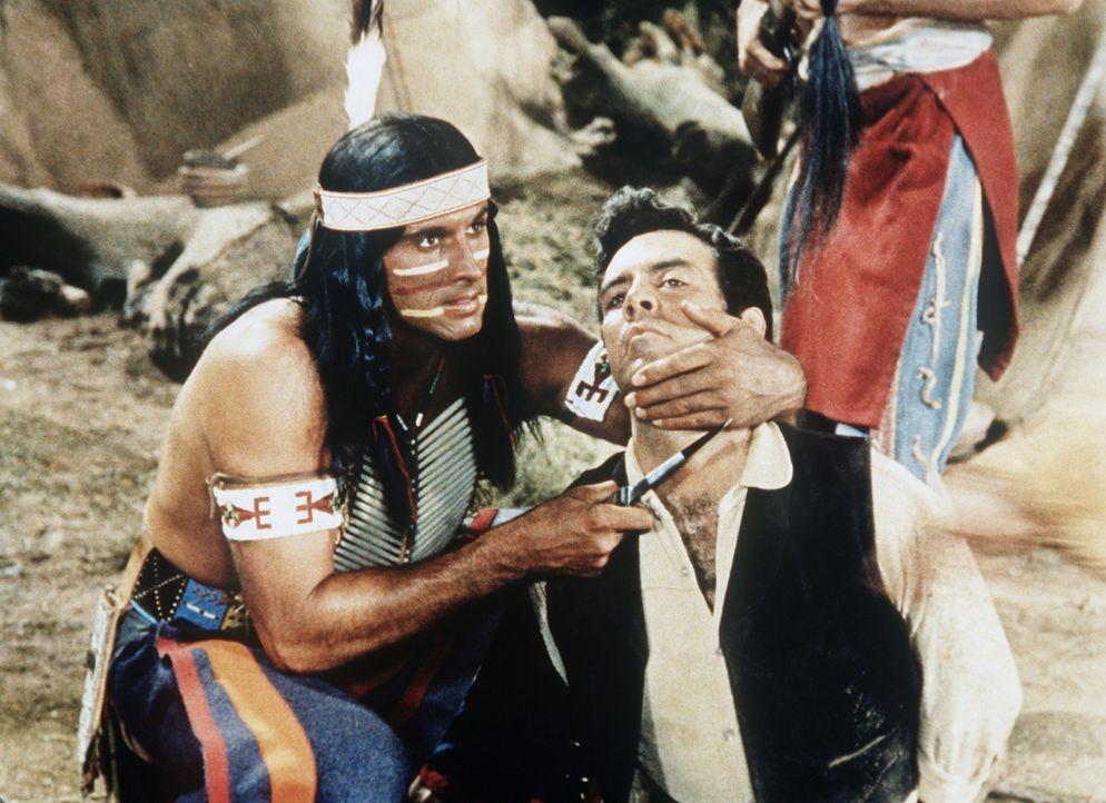 Adam Cartwright (Pernell Roberts, r.) ist in die Gewalt der Indianer geraten. - Bildquelle: Paramount Pictures