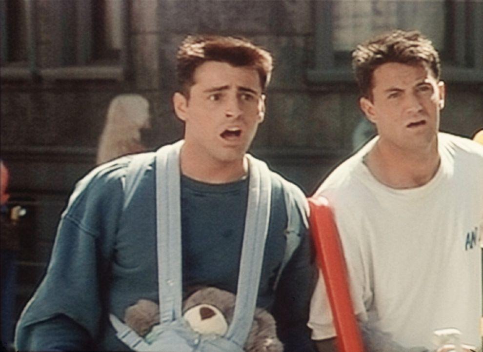 Joey (Matt LeBlanc, l.) und Chandler (Matthew Perry, r.) sind entsetzt. Das Baby, das ihnen von Ross anvertraut wurde, ist noch im Bus und fährt je... - Bildquelle: TM+  2000 WARNER BROS.