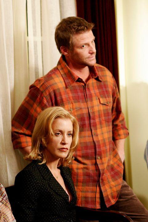 Tom (Doug Savant, r.) und Lynette (Felicity Huffman, l.) haben seit dem Einbruch bei Gabrielle Sorge, ihre Kinder könnten in Gefahr sein. Tom versuc... - Bildquelle: 2005 Touchstone Television  All Rights Reserved