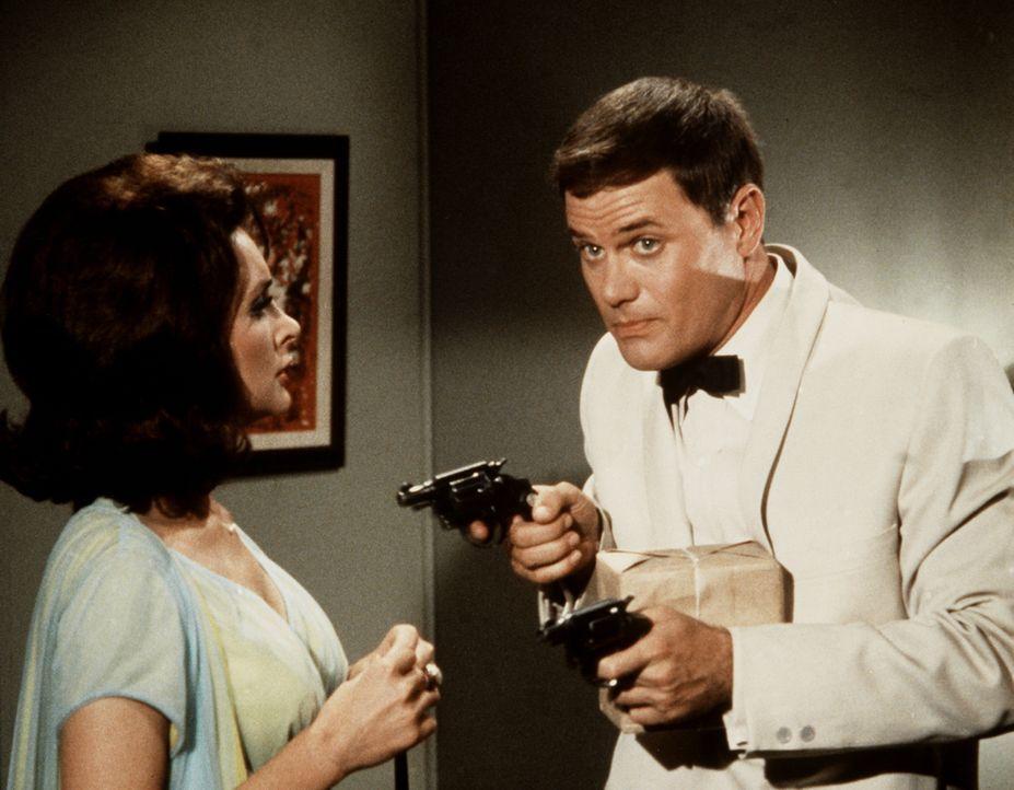 Tony (Larry Hagman, r.) hält die Verbrecherin Joan (Joan Patrick, l.) in Schach, um sie dann der Polizei zu übergeben ... - Bildquelle: Columbia Pictures