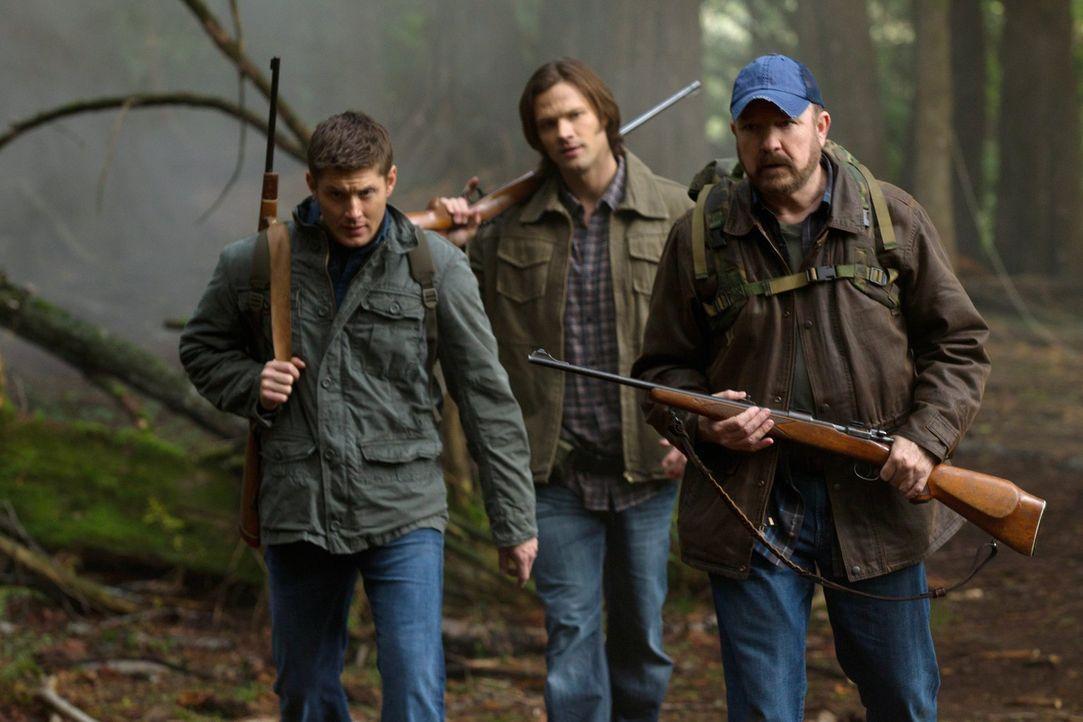 Im Kampf gegen das Böse: Sam (Jared Padalecki, M.), Dean (Jensen Ackles, l.) und Bobby (Jim Beaver, r.) ... - Bildquelle: Warner Bros. Television
