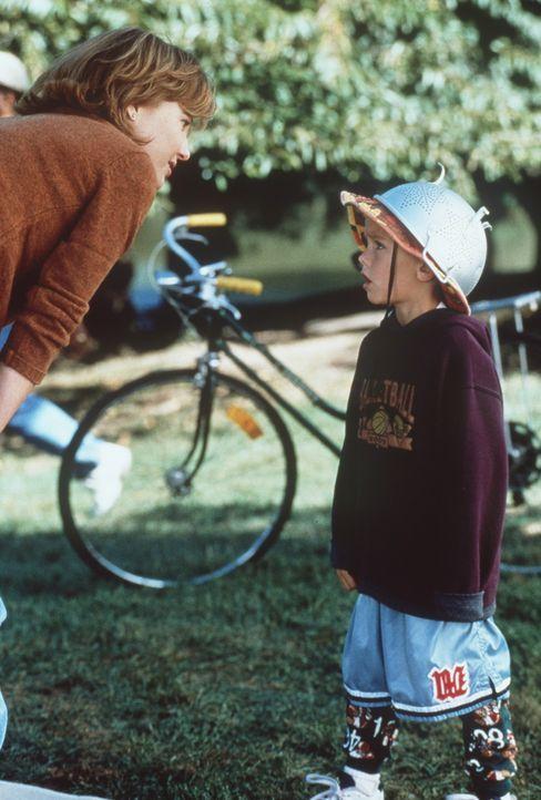 Als sich eines Tages der kleine Julian (Dylan Sprouse/Cole Sprouse, r.) in einem großen Park verläuft, lernt er die attraktive Lesly (Joey Lauren... - Bildquelle: Columbia TriStar