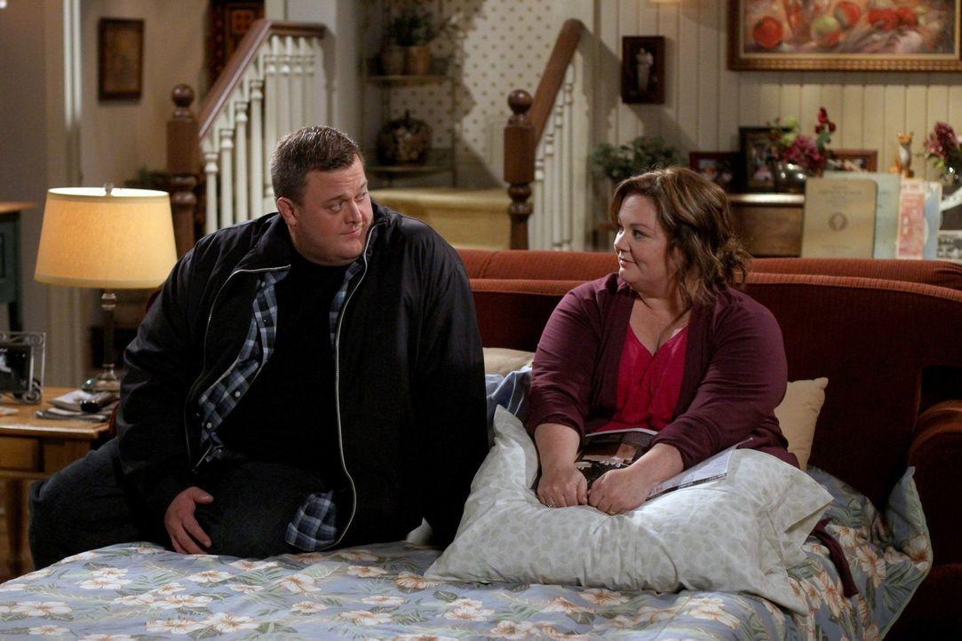 Molly (Melissa McCarthy, r.) kann sich mit der Enge und Unbequemlichkeit von Mikes Junggesellenbude überhaupt nicht anfreunden und schlägt vor, dass... - Bildquelle: Warner Brothers