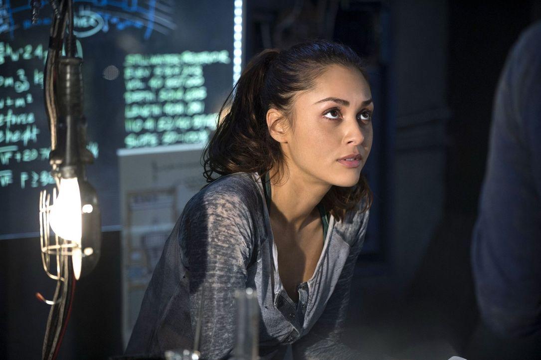"""Während Bellamy in """"Mount Weather"""" versucht, zu überleben, sucht Raven (Lindsey Morgan) im Arc Lager verzweifelt nach einer Lösung, die den Nebel un... - Bildquelle: 2014 Warner Brothers"""